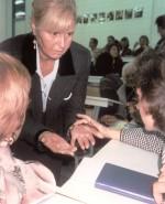 Voller Erstaunen zeigt Prof. J. M. Z. nach dem Vortrag ihre Hände